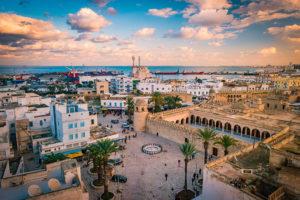Stadtlandschaft mit Blick auf den Hafen von Sousse, Tunesien.