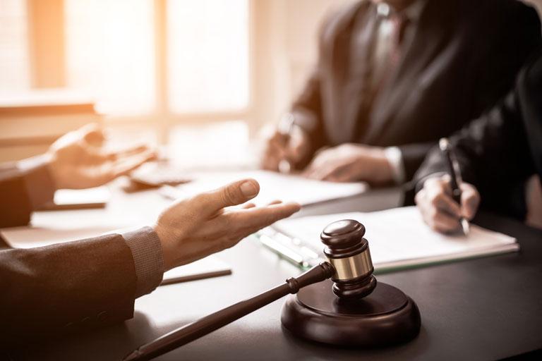 Anwälte beraten sich beim Gerichtsverfahren.