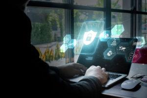 Junge Person am Computer programmiert Cyber-Sicherheitskonzept.