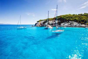 Meereslandschaft mit Segeln am Wasser vor den griechischen Inseln