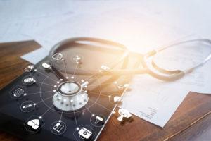Stethoskop auf einem Tablet mit medizinischen Symbolen
