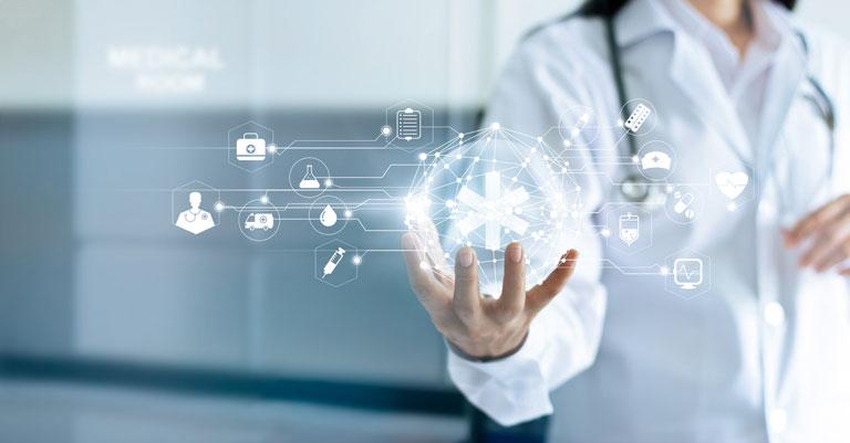 Ärztin mit virtueller Darstellung einer medizinischer Schnittstelle in der Hand