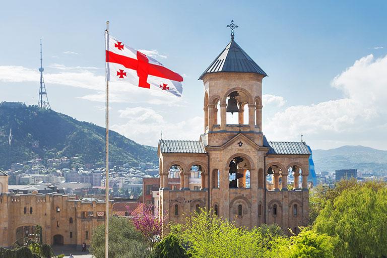 Glockenturm der Kathedrale der Heiligen Dreifaltigkeit von Tiflis (allgemein bekannt als Sameba). Tiflis, Georgien.