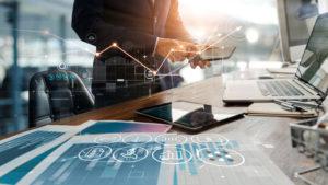 Geschäftsmann benutzt das Smartphone für Online-Banking